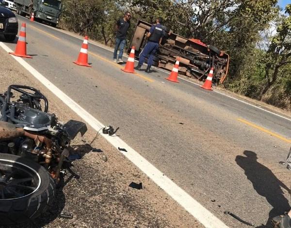 Moto bate de frente com carro forte e mata motociclista na BR-040