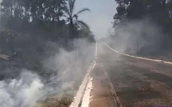 Homem é preso após iniciar incêndio de grandes proporções às margens de rodovia em Monte Carmelo