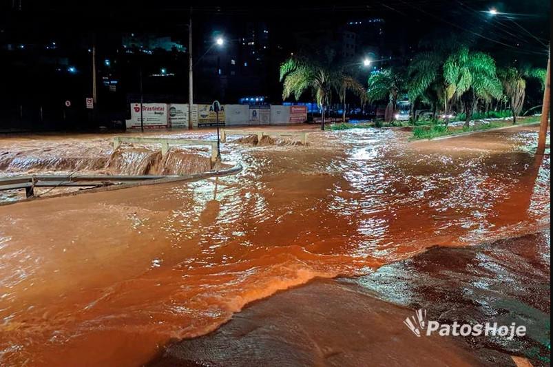 Patos de Minas: Video mostra córrego do Monjolo transbordar e alagar as duas pistas da Avenida Fátima Porto