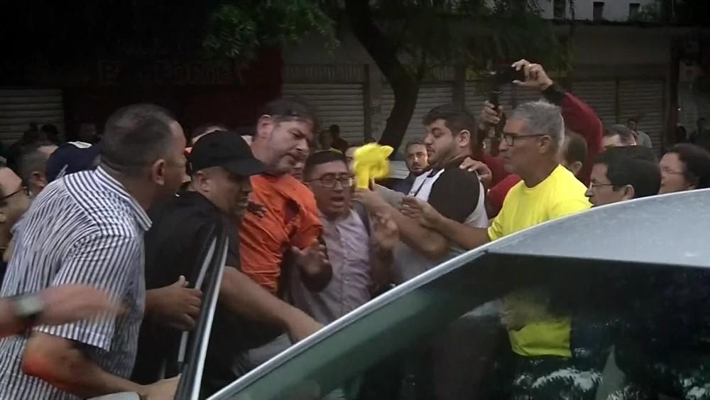 Video mostra Irmão de Ciro Gomes sendo baleado após tentar jogar trator sobre manifestantes em Sobral