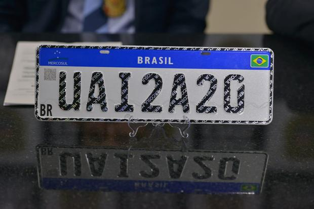 Serviços relacionados à veículos para adotar nova placa de identificação veicular retorna hoje (18) a partir de meio-dia