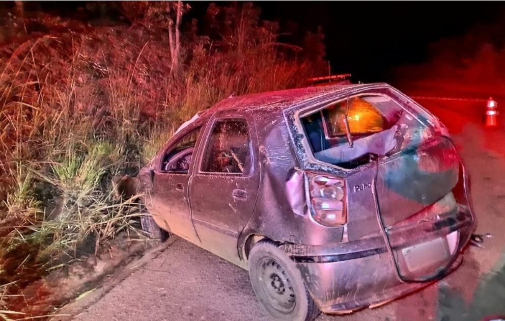 Mãe e filho morrem após carro bater em barranco e capotar na MG-190 em Monte Carmelo; pai apresentava sinais de embriaguez