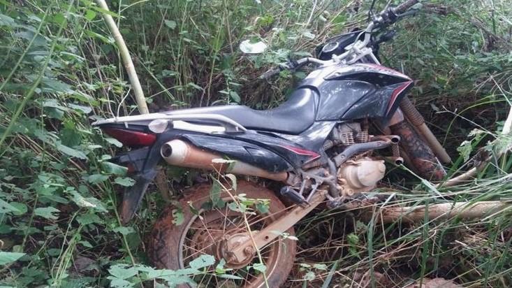 Moto roubada é encontrada no meio do mato em Lagoa Grande