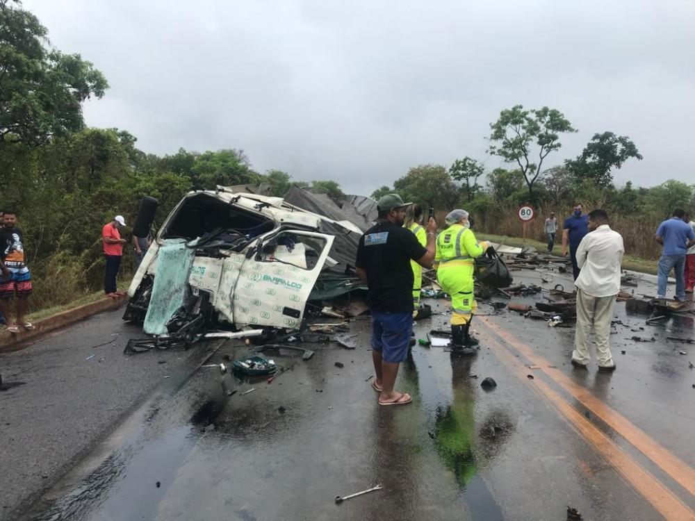 Gravíssimo acidente envolvendo carreta e caminhão tanque deixa mortos na BR-040 em Paracatu