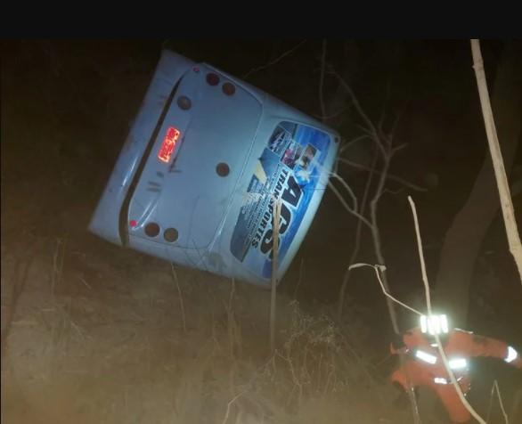 Read more about the article Ônibus com 50 passageiros capota em Matutina, tira a vida de mulher de 25 anos e deixa muitos feridos