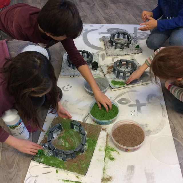 Montessori International Bordeaux : Art fabrication d'un décor de Stonehenge- flocage herbe et terre
