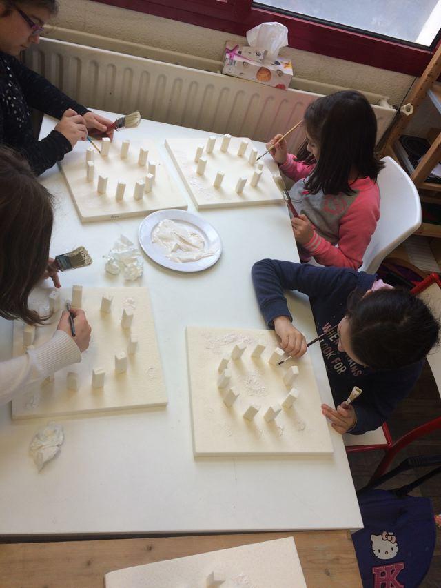 Montessori International Bordeaux : Art fabrication d'un décor de Stonehenge- texture sur socle