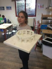 Montessori International Bordeaux : Art fabrication d'un décor de Stonehenge- socle et pierres