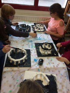 Montessori International Bordeaux : Art fabrication d'un décor de Stonehenge- Sous-couche au pinceau
