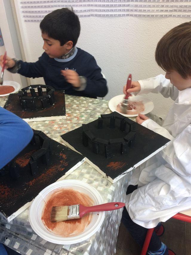 Montessori International Bordeaux : Art fabrication d'un décor de Stonehenge- Sous-couche noire
