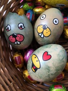 Maľujeme veľkonočné vajíčka