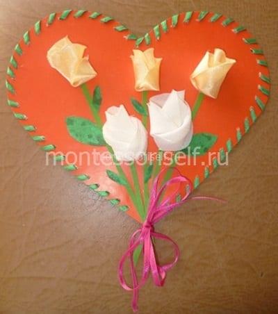 Coração com aniversário de mamãe de rosas