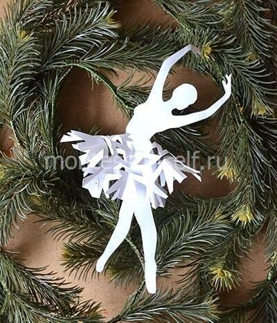 Ballerina pada pokok Krismas