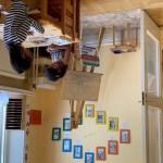 Två flickor arbetar med Montessorimaterial.