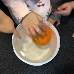 Experiment, skalad apelsin flyter i vatten.