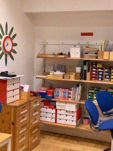 Hyllor med montessorimaterial i ett av klassrummen