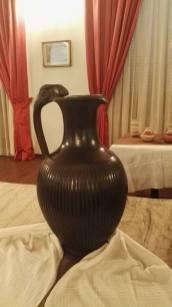 Magnifiche ceramiche nere ispirate alla cultura millenaria dei Cucuteni. Tali manufatti sono realizzati in antichi forni, le cui alte temperature superano i mille gradi e conferiscono all'argilla il tipico colore nero.