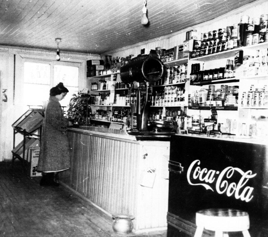 Intérieur du magasin de Joseph Dupuis, dans les années 1950