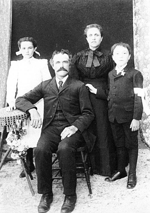 Ulric Bourgeois,son épouse Exérine Rivest et leurs enfants, vers 1906