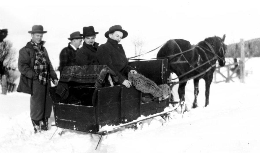 Raoul Miron, Roger Rivest, Roger Miron, Robert Poitier devant chez Gilbert Miron