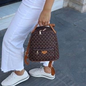 mochila estampada camel en mano