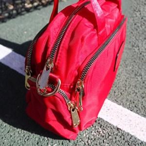 bolso de nylon con cremalleras doradas