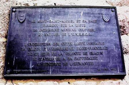 Plaque classant le Mont-Saint-Michel patrimoine mondial de l'UNESCO