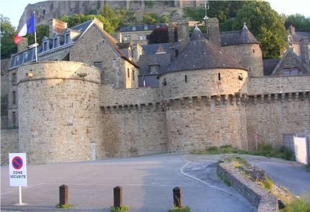 Le Mont-Saint-Michel arrivée de la digue-route sur les remparts