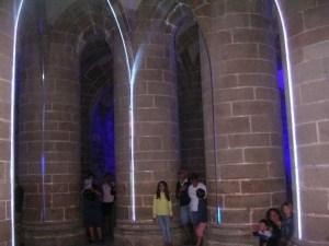 Touristes le soir à l'abbaye du Mont-Saint-Michel
