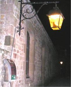 Rue éclairée Mont-Saint-Michel