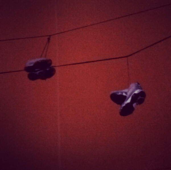 shoes_hanging_from_power_lines