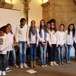 Alumnos do CEIP Plurilingüe de Tui interpretando unha cantiga dedicada á Catedral