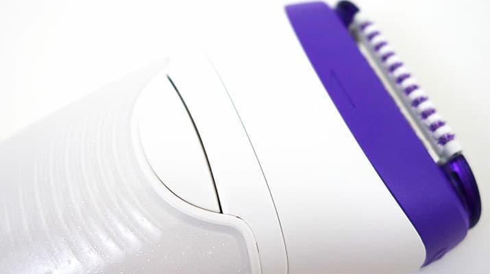 Braun Silk Epil 9 Entriegelungsknopf des Epilierers an der Rückseite des Griffs