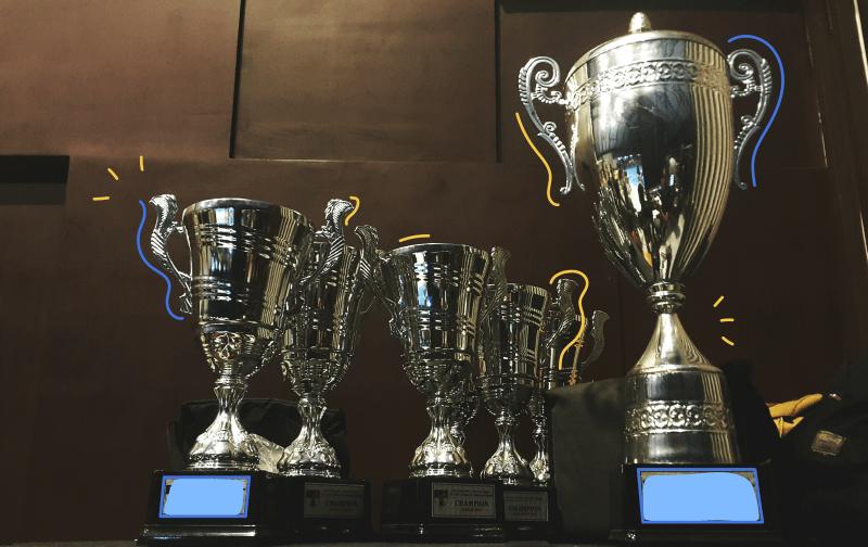 Prix BE.DIGIT, plusieurs trophées sur une table en gros plan