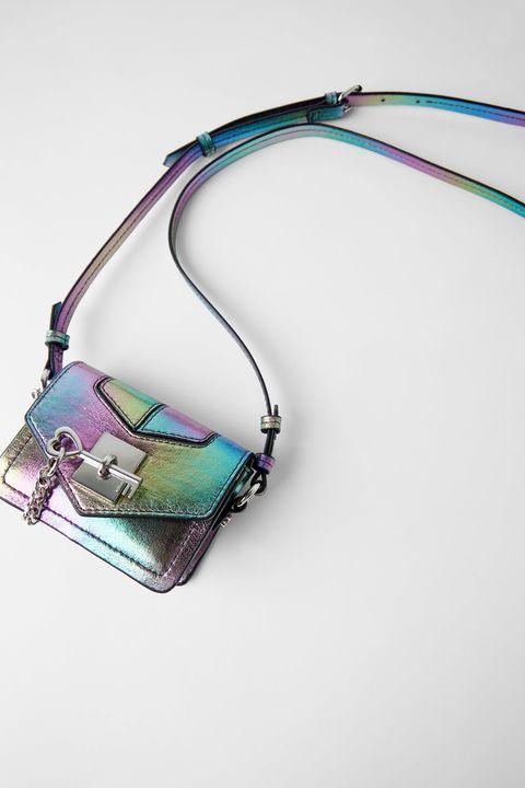Mini bandolera iridiscente de Zara.