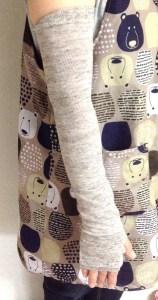 ベージュ色のアームカバー装着例