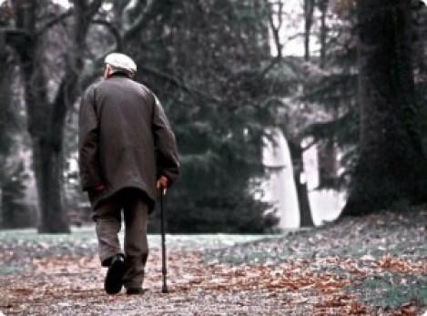 idoso-caminhar-pelo-parque
