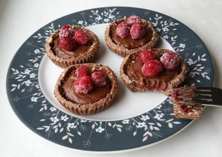 Vaarikakoogikesed pähkli-šokolaadipõhjal