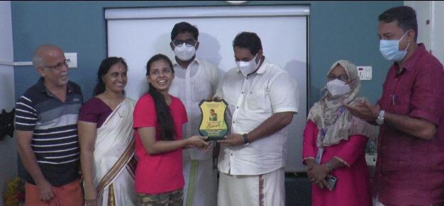 എം.എസ് സി മറൈൻ ബയോളജിയിൽ ഒന്നാം റാങ്ക് നേടി അഭിമാനമായി മാറിയ ടി.എം നയന ക്ക് വളാഞ്ചേരി നഗരസഭ വിദ്യാഭ്യാസ കലാ-കായിക സ്റ്റാന്റിംഗ് കമ്മറ്റിയുടെ സ്നേഹോപഹാരം