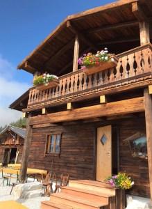 Adamhütte, Eingang mit Balkon zum Appartement