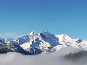 Verschneite Berge gegenüber der Moosalm Adamhütte