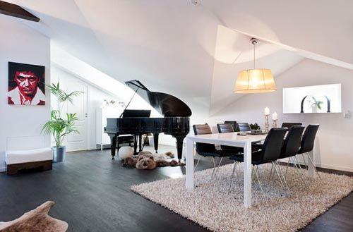 fotografia atico decorado piano negro muebles blancos sillas negras sala estar