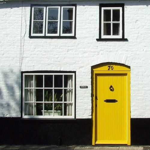 fachada puerta amarilla peppermintbliss.com