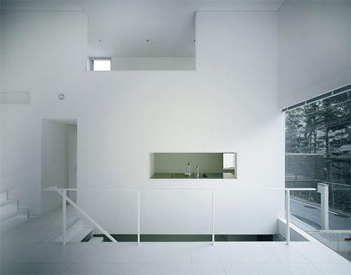 Pasillo libre de desorden acristalado, diseño escandinavo.