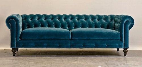 sofá de terciopelo en azul.