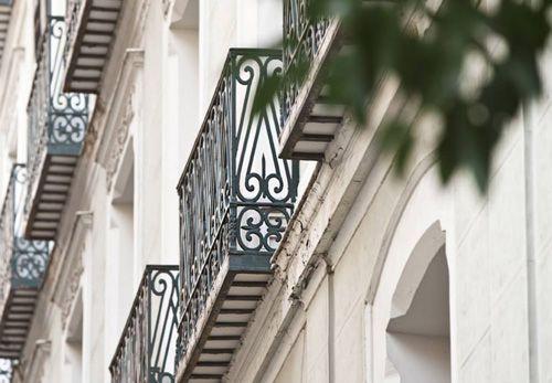 Vista balcones con rejina plateada