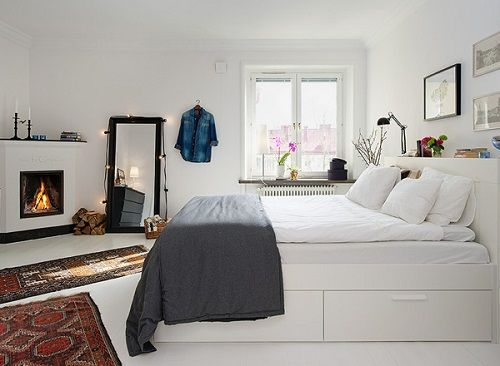 Dormitorio escandinavo con cama alta