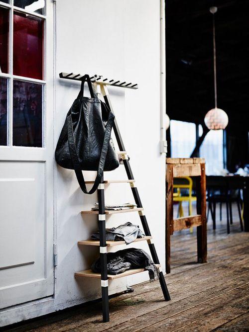 estanterio con mochila de cuero negro