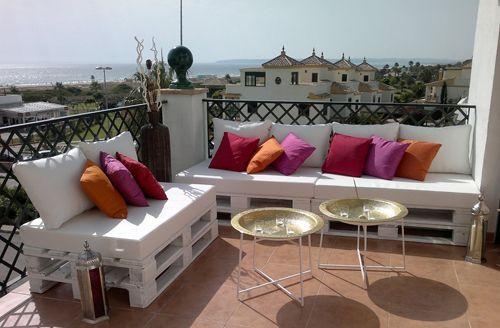 sofa con palets con cojines de colores
