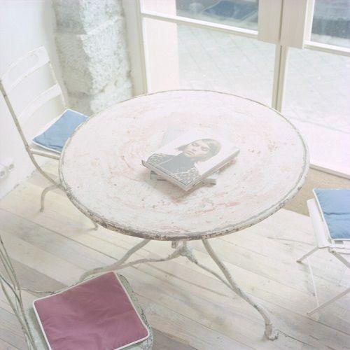 Mesa circular de hierro envejecido